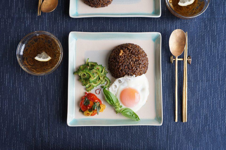 黒カレー飯のワンプレートと水雲(もずく)スープ