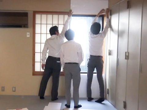 壁にボードを当てはめる作業