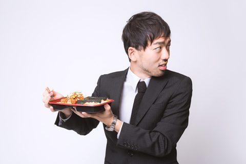 お弁当を覗かれる人のイメージ(編集長本人ではありません)