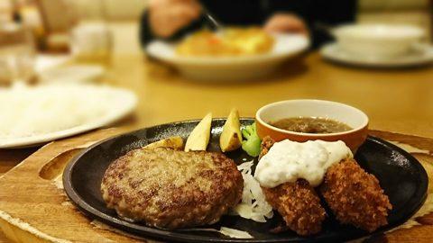 ファミリーレストランのハンバーグ定食のイメージ