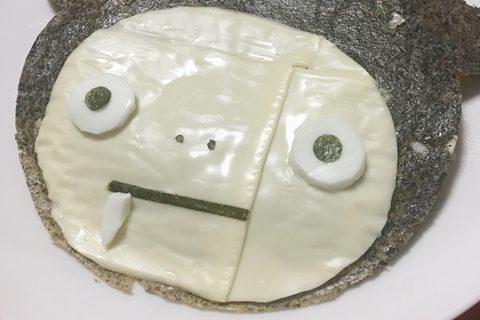 スライスチーズでイタメくんの顔を作成