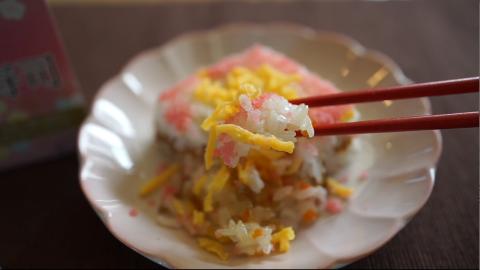 冷凍ご飯「根菜ちらし寿司」を箸でとる