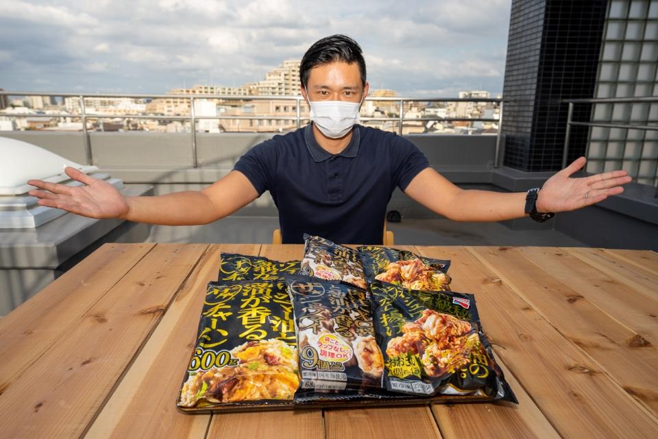 冷凍食品「ザ☆」シリーズを並べるゲンキ編集部員