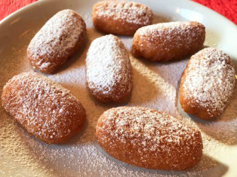 粉砂糖を振りかけた日本ハム冷凍食品「ちっちゃなチーズハットグ」