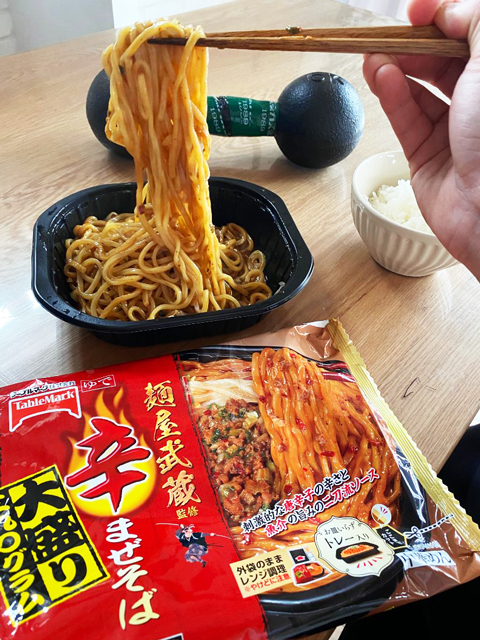 テーブルマーク「麺屋武蔵監修 辛まぜそば大盛り」パッケージと実食風景